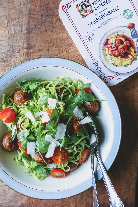 """""""Kødboller"""" med pasta, rucolapesto og bagte cherrytomater"""