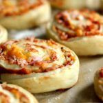 Pizzasnegle med skinke, tomat og ost