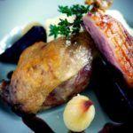 Andeconfit med rosastegt andebryst, rødbeder, syltede løg og portvinssauce