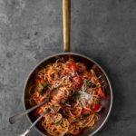 Pasta med tomatsauce med hvidløg, chili og basilikum