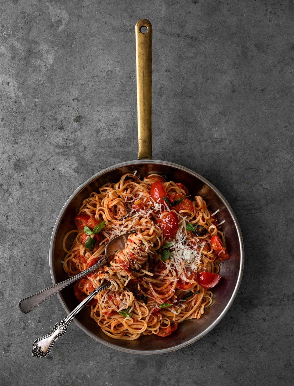 linguine med tomatsauce med basilikum og parmesan