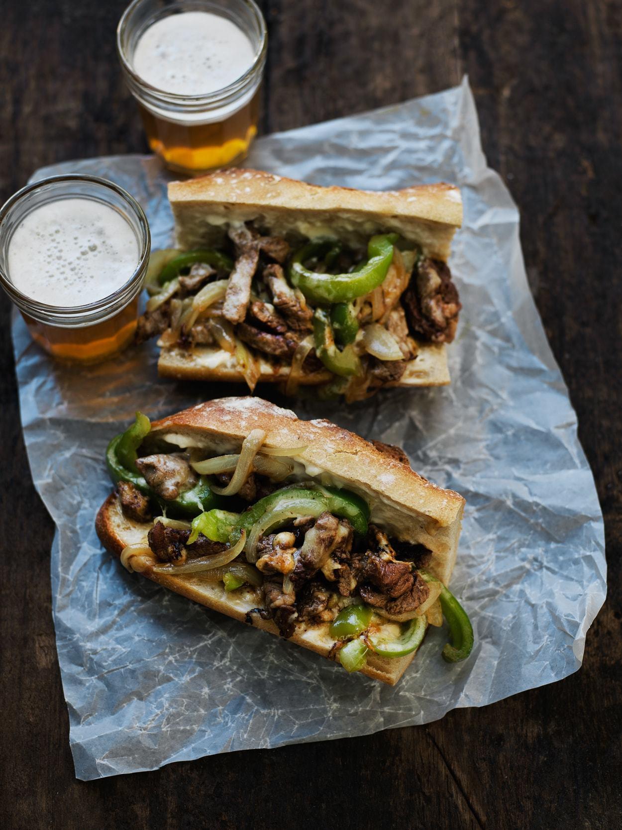 Philly cheese steak sandwich med oksekød, peberfrugt og cheddar