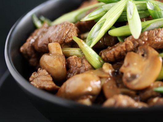 Oksekød i østerssauce med champignon og forårsløg
