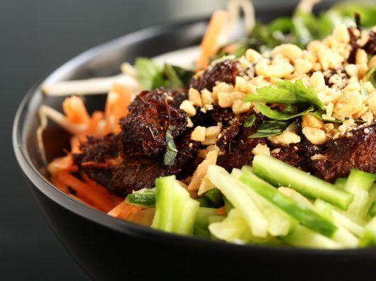 Vietnamesisk nudelsalat med grillet svinekød (Bun Thit Nuong)