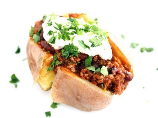 Bagt kartoffel fyldt med chili, oksekød og bønner