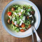 """""""Kødboller"""" med pasta, rucolapesto og cherrytomater"""