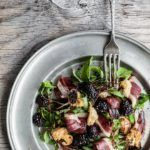 Salat med røget andebryst, brombær og balsamicoreduktion