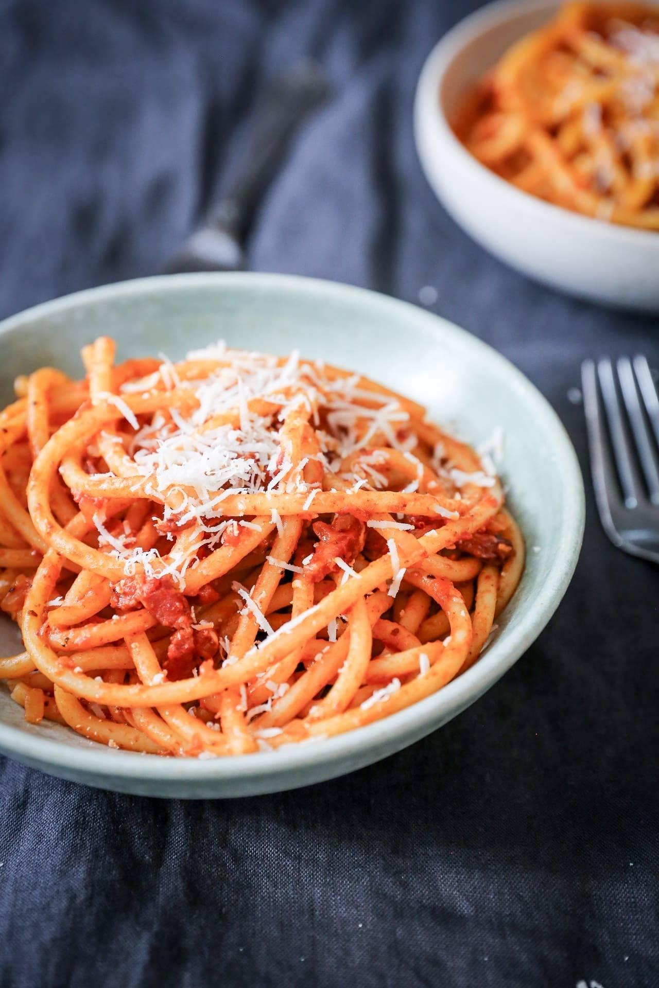 Italiensk pasta med bucatini pasta, tomat, vin, pancetta og pecorino