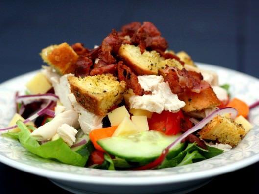 Salat med kylling, bacon, ost og hjemmelavede croutoner