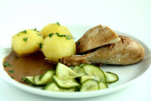 Grydestegt kylling med skilt sovs og agurkesalat