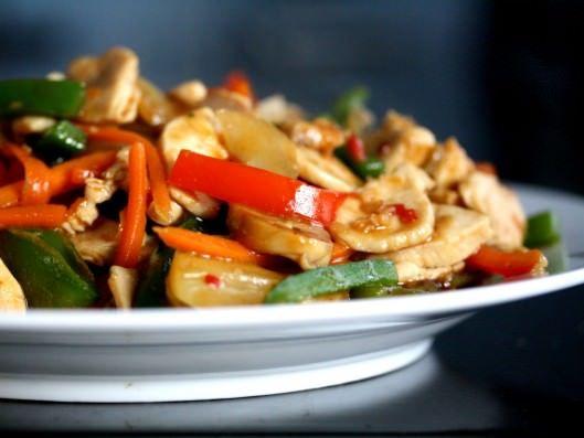 Asiatisk stir fry med kylling, grøntsager og hoisinsauce