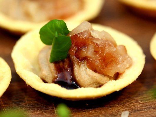 Kyllingelevermousse med portvinspocheret pære | Kanapéer