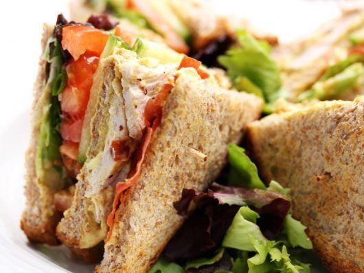 Club sandwich med sprød parmaskinke
