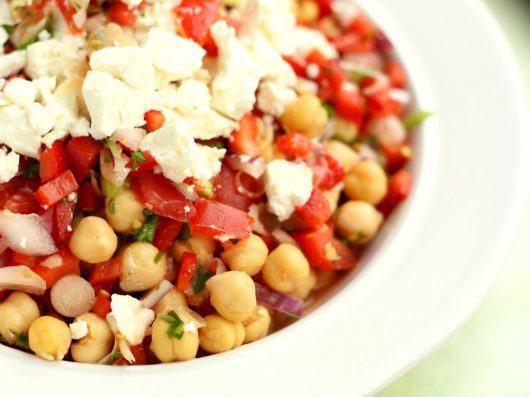 Kikærtesalat med chili, peberfrugt og feta