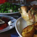 Hel, ovnstegt kylling med friske urter, ovnstegte kartofler og ærtesalat