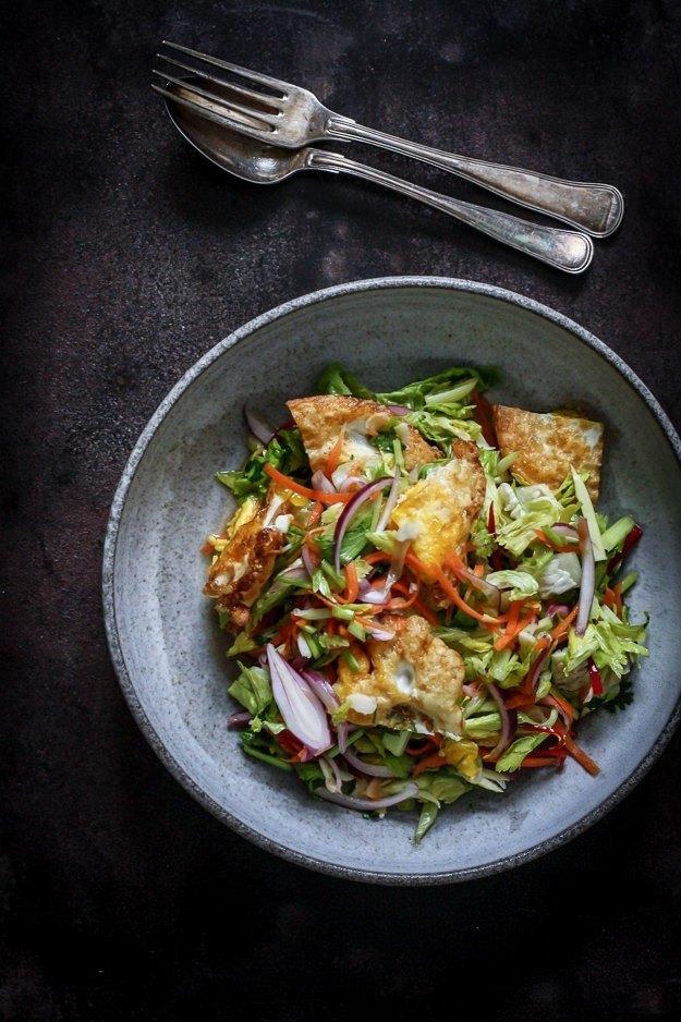 Thaisalat med stegte æg