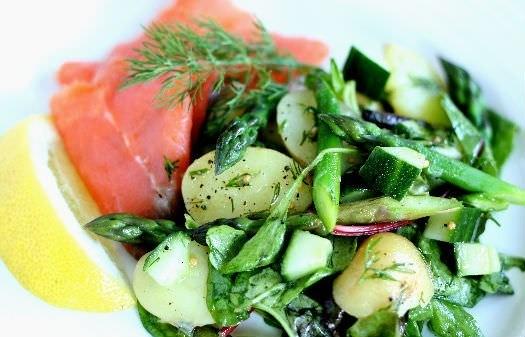 Salat med røget laks, kartofler og asparges