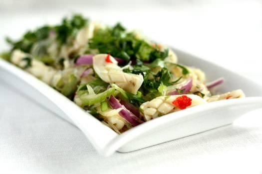 Yam pla muk (thailandsk salat med blæksprutte)