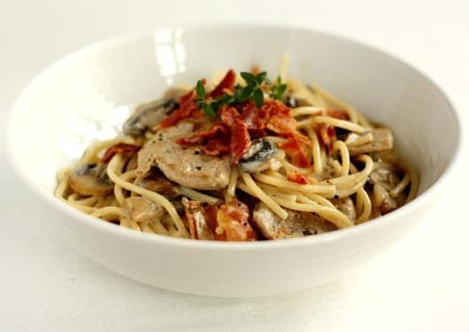 Spaghetti med svinemørbrad i cremet hvidvinssauce