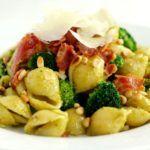 Pasta med pesto, broccoli og bacon