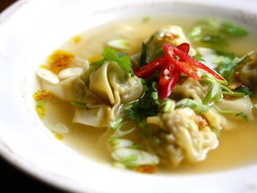 Suppe med wontons og urter