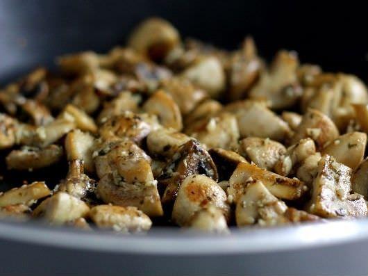Krydret kylling med champignon, peberfrugt og rødløg