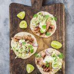 Tortillas med grillet gris og kålsalat