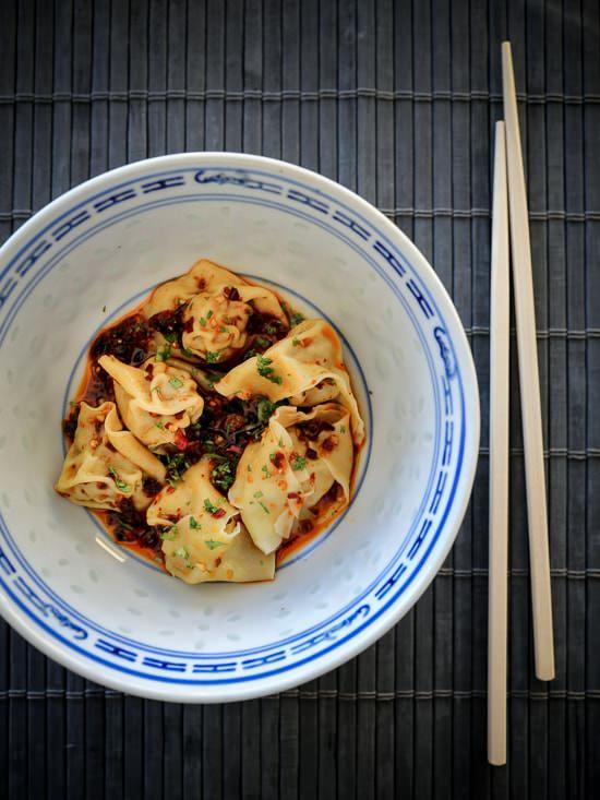 Spicy wontons i chiliolie
