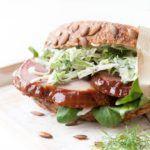 Sandwich med glaseret skinke og spidskål