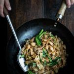 Stegte nudler med svinekød og asiatisk broccoli