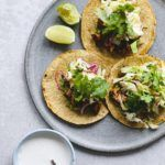 Tacos med kylling, avocado og mexicansk kålsalat