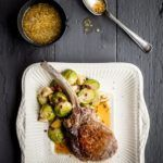Skaftkotelet med rosenkål, bacon og kastanjer