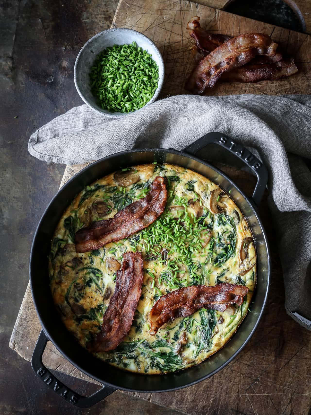 æggekage - opskrift på æggekage bagt i ovnen med spinat, champignon og bacon