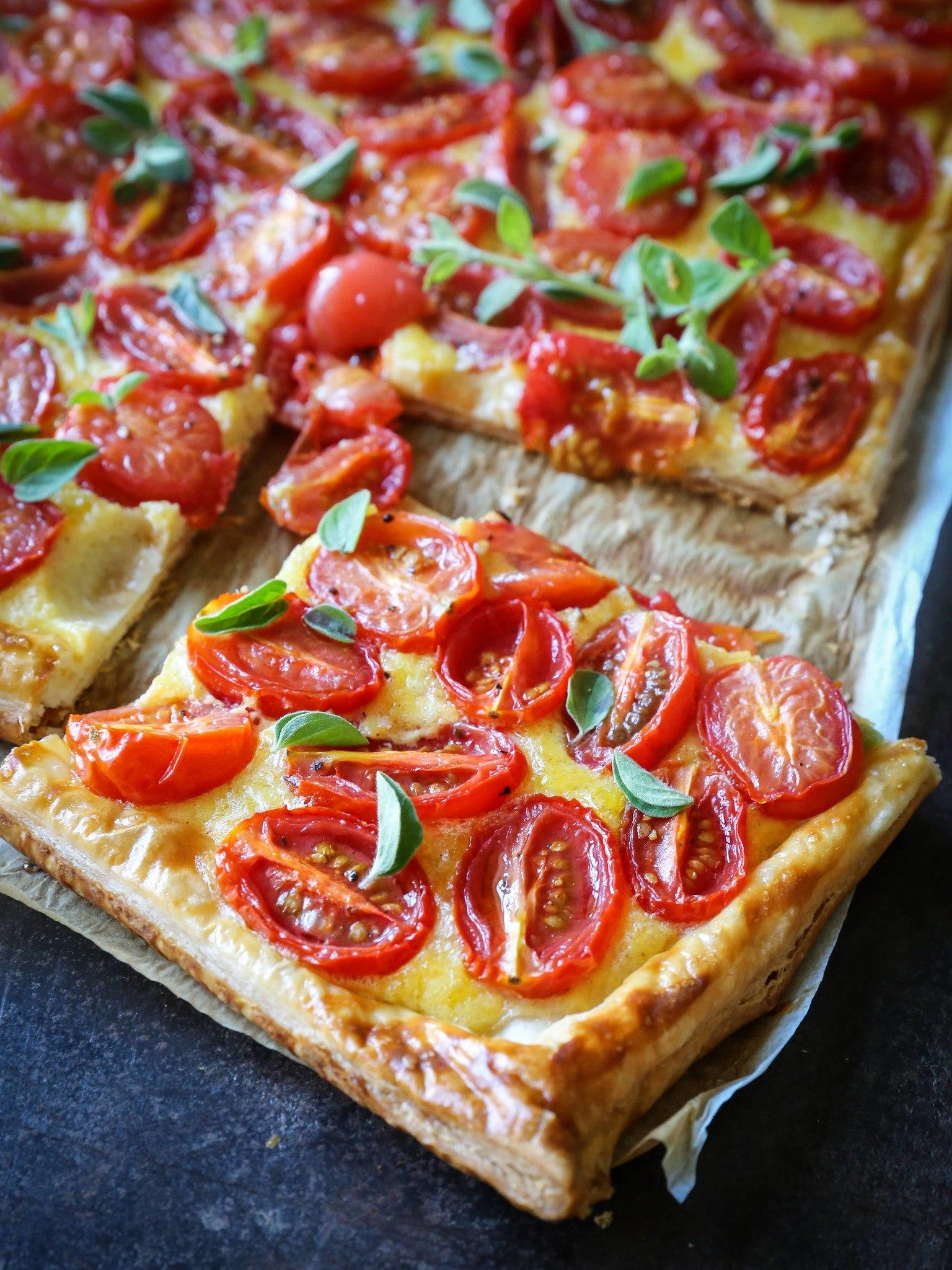 Nem butterdejstærte med tomat, ost og oregano - hurtig gæstemad eller skøn aftensmad