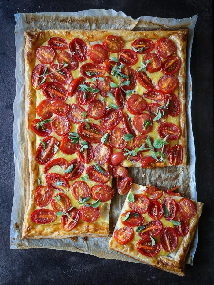 Nem og lækker opskrift på butterdejstærte med tomat