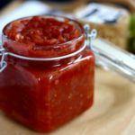 Hjemmelavet chutney med tomat og rødløg