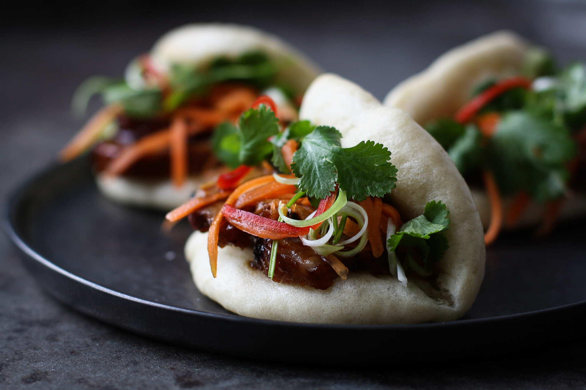 kinesiske dampede boller med BBQ marineret nakkefilet, koriander og chili samt lynsyltede gulerødder - char siu bao