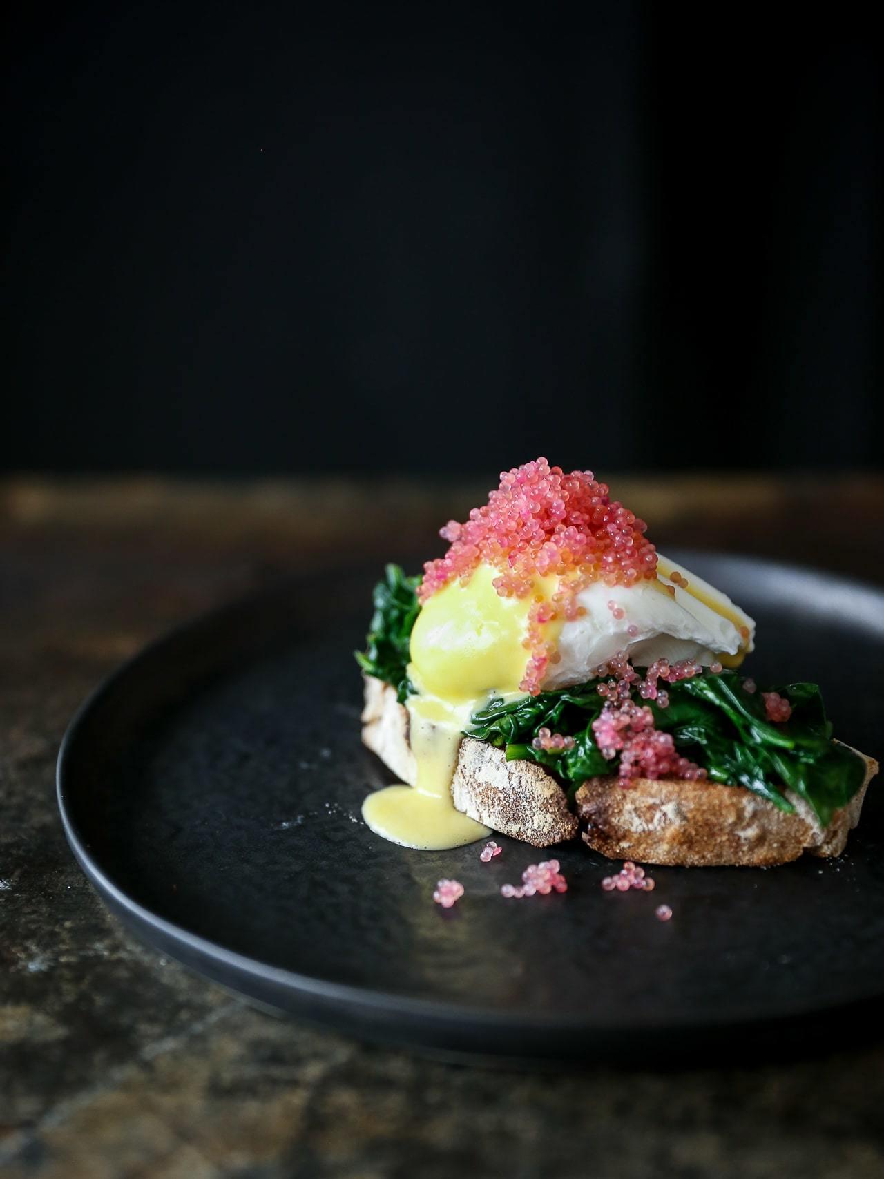 egg florentine - pocherede æg med spinat, hollandaise og stenbiderrogn