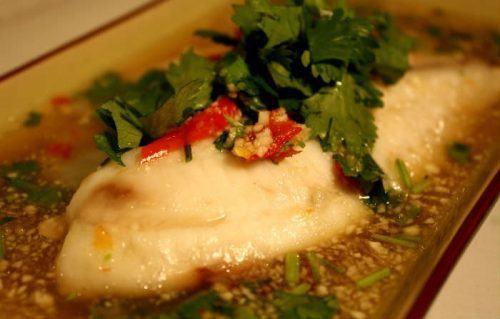 Thaimad | Fisk med koriander, chili og hvidløg (pla neung manao)