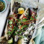Helstegte havbars med thailandsk lime- og chilisauce