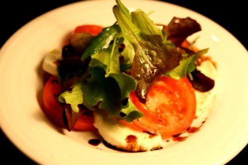 Tomatsalat med frisk mozzarella og balsamicosirup