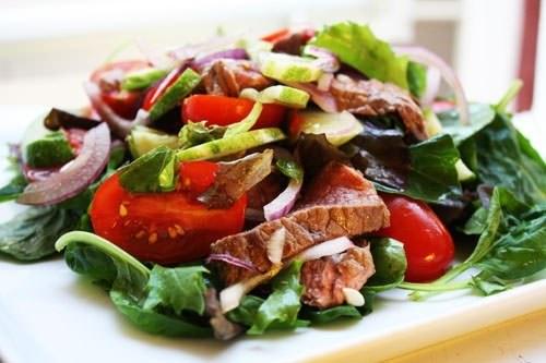 Thai-inspireret salat med oksekød (yam nua)