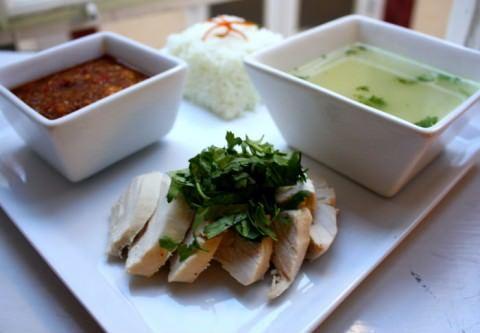 Thailandsk kylling med ris, suppe og dip (khao man gai)