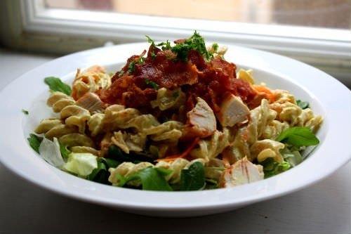 Hurtig tømmermændsmad - pastasalat med karry, bacon og kylling