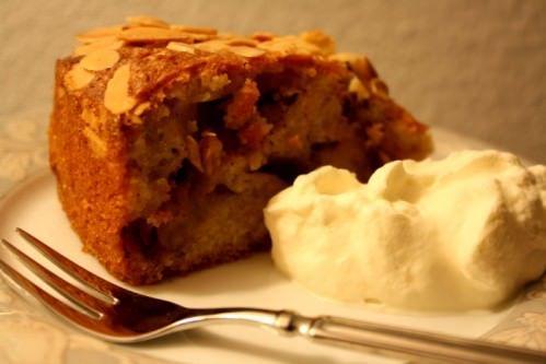 Bagt æblekage med kanel og rosiner
