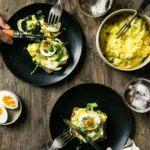 Karrysild med smilende æg
