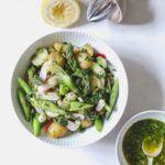 Frisk kartoffelsalat med grønne asparges og urtedressing