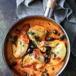 Kyllingebryst med tomat, oliven og basilikum i cremet sauce