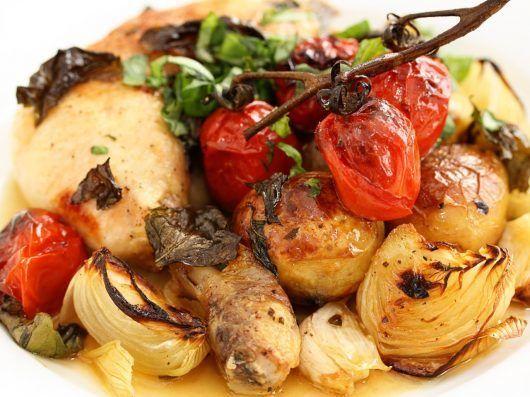 Kyllingelår i fad med tomater, kartofler og hvidløg