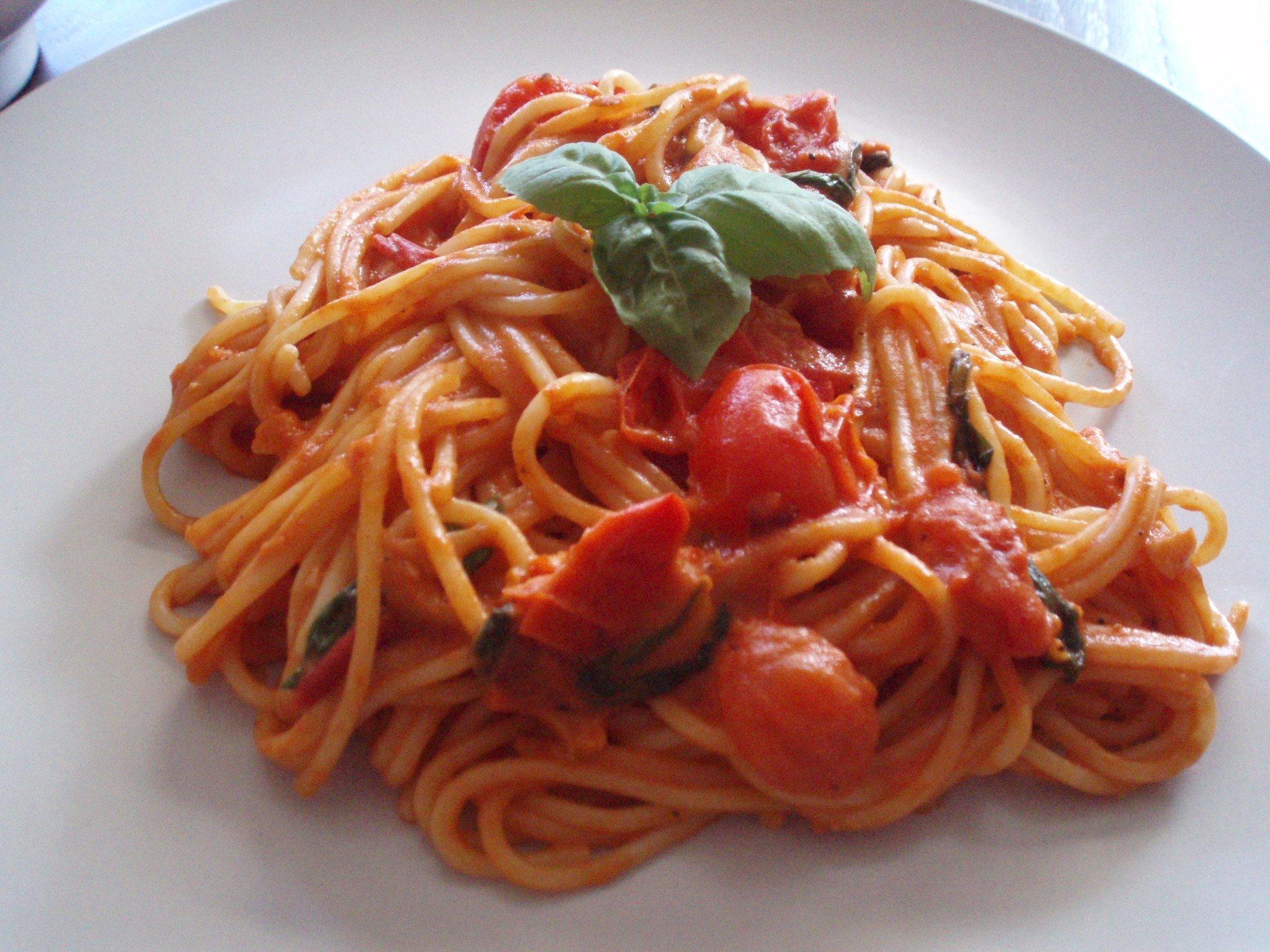 Spagetti med cherrytomater, hvidløg og frisk basilikum